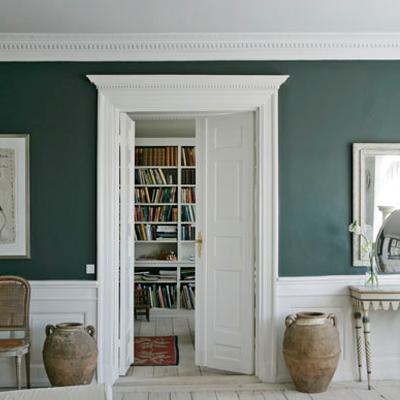 Boiserie c boiserie bianca su parete verde - Parete verde camera da letto ...