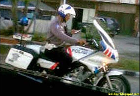 polisi berkendara motor sambil sms an-1