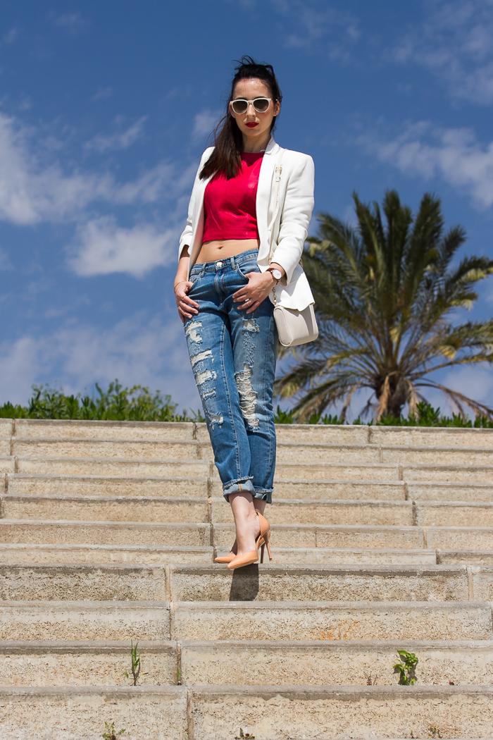streetstyle outfit con top corto de cuero y pantalones vaqueros rotos de blogger de moda valenciana