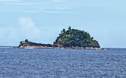 Pulau keong pulau batu naga di pesisir selatan sumatera barat