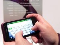 La graduación del brillo y la desactivación del Wi-Fi son de gran ayuda para economizar la energía. Las notificaciones de la actividad de los contactos de Twitter y Facebook hacen que se descargue más rápido el celular. A continuación, algunas recomendaciones para alargar la productividad de la batería. Probablemente su smartphone tenga múltiples funciones y una potencia envidiable, pero el uso constante -sobre todo de los primerizos- y la necesidad de estar permanentemente conectado impide que la carga de la batería dure máximo un día completo. A continuación, algunas recomendaciones para alargar la productividad de la batería sin necesidad de