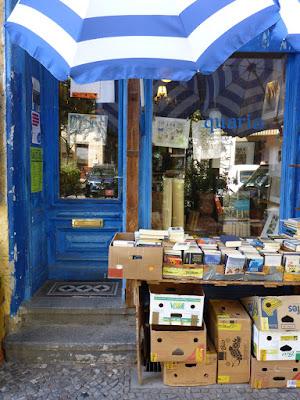 """Blaue Eingangstür, das Schild """"geschlossen"""" ist nicht lesbar, viele Bücherkisten"""