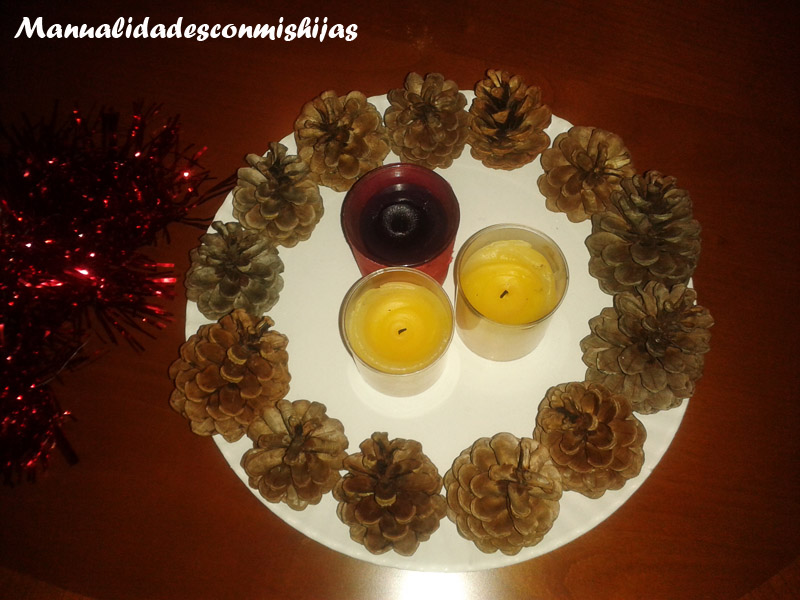 Manualidades con mis hijas centro de mesa navide o reciclado - Como hacer un centro de mesa navideno con pinas ...