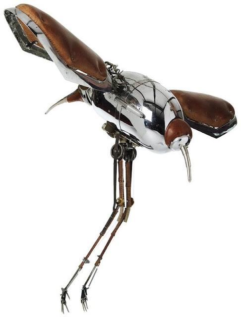 скульптура комара сделанная их старого железа мусора и ненужного хлама