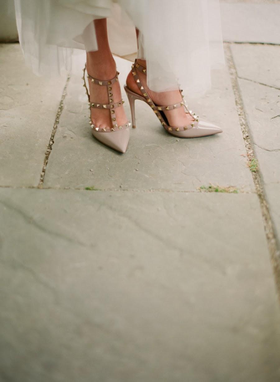 La novia da calcetines con calcetines azules en el tobillo