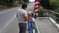 Trabalho de soldagem do corrimão da passarela do Soberbo visa deixar a passagem mais segura para os pedestres