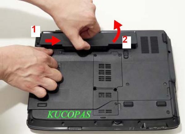 melepas baterai laptop