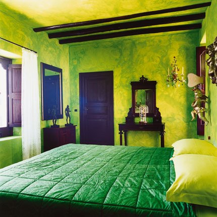Ideas for bedrooms subtle green bedroom for Bright green bedroom ideas