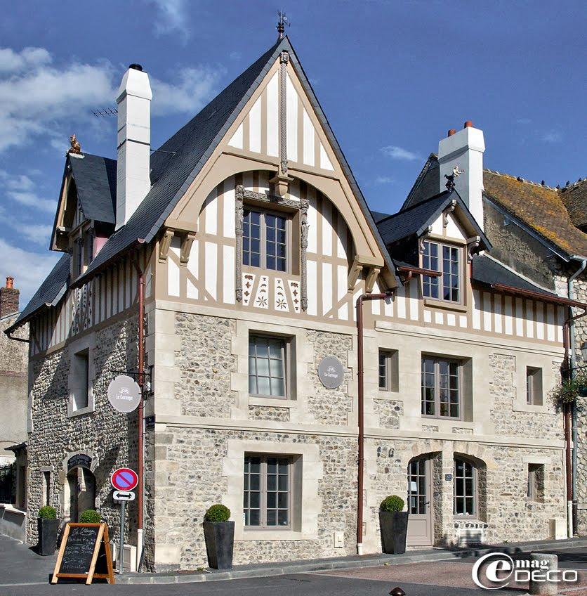 Le Cottage, maison d'hôtes à Villerville présente ses façades face à la Place du Lavoir