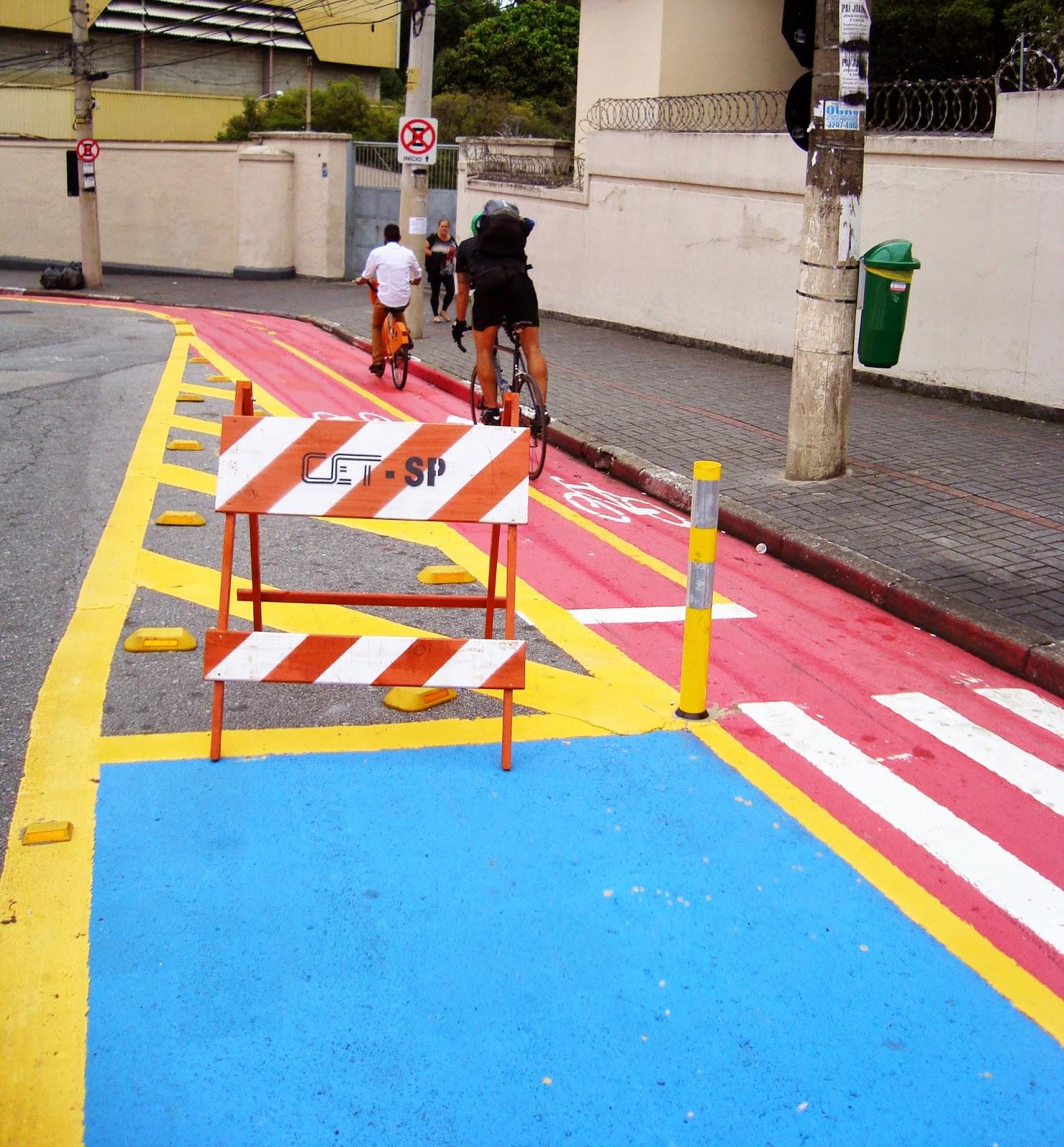 Detalhe da nova sinalização horizontal da Ciclovia da Rua Madre Cabrini