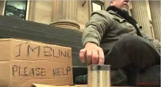 um cego pedindo esmola