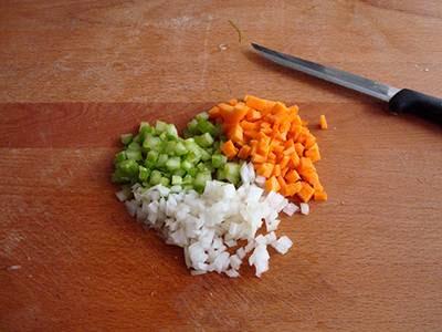 Ragù di soia: tritare sedano, carota e cipolla