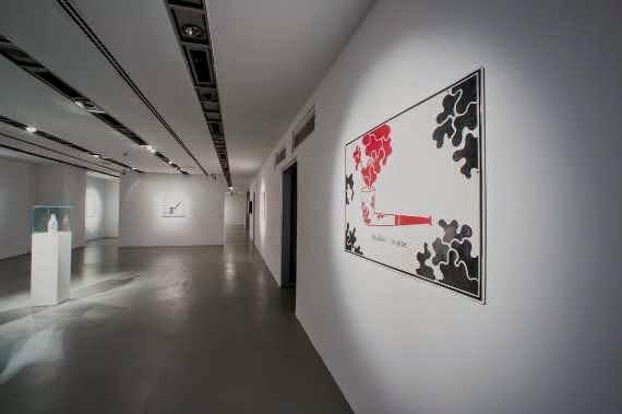 Belçikalı şair, heykeltraş, film yapımcısı ve sanatçı Marcel Broodthaers'ın işlerinin sergilendiği  Sözcükler, Nesneler, Kavramlar sergisi Akbank Sanat'ta