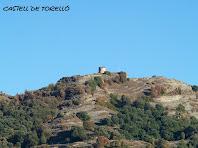 Aproximació a la torre del Castell de Torelló des de la Plaça de l'Ajuntament de Sant Vicenç
