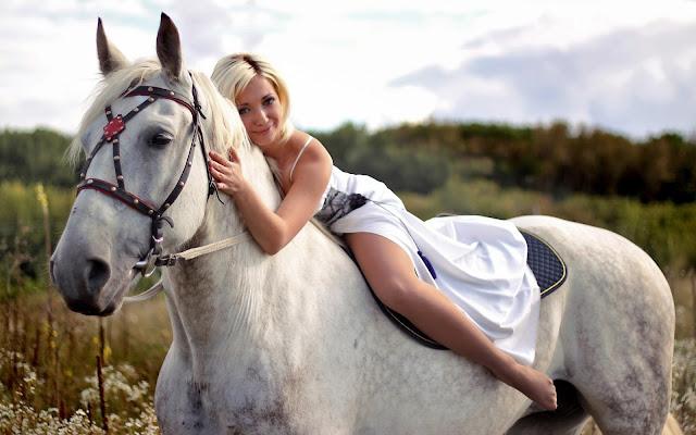 Chica Rubia Montando un Caballo Blanco Fondos de Pantalla de Animales