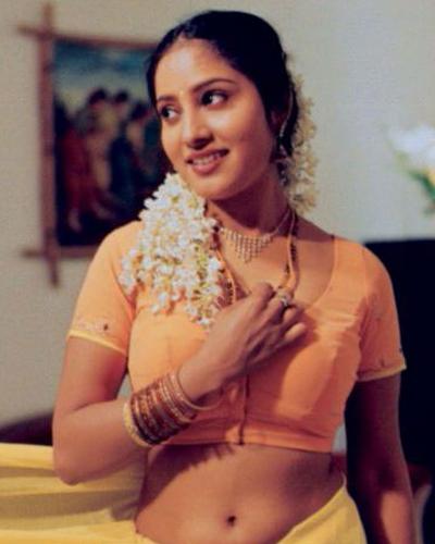 Richa Gangopadhyay - In Mirapakay Telugu Movies Hot Saree Stills, Cute Saree Stills, Back Strip