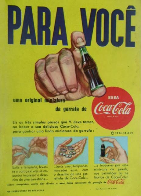Anúncio das mini-garrafas da Coca-Cola de 1954: colecionáveis de sucesso.
