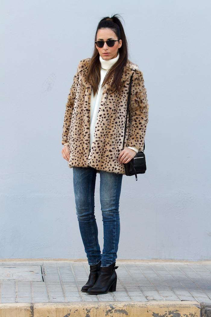 Look con abrigo de pelo estampado animal de Mango jeans Meltin' Pot bolso Selected