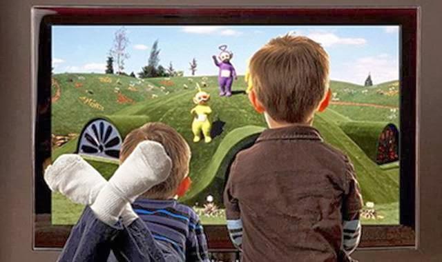 ana-anak nonton TV