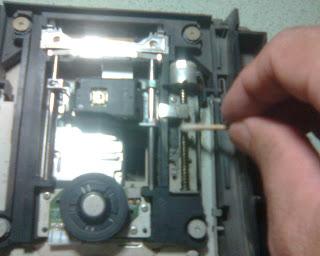 Pemberian Pelumas pada Rel Optik PS2