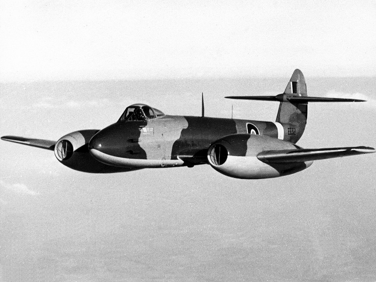 world war ii pictures in details gloster meteor f 3 of royal air force 616 squadron in flight. Black Bedroom Furniture Sets. Home Design Ideas