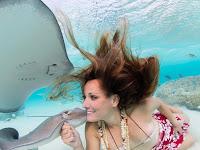 Berbikini, Model-model Ini 'Bermain' dengan Ikan Pari Beracun