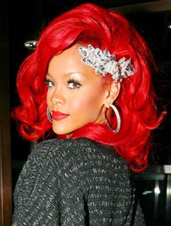 Rihanna kızıl dalgalı saç rengi ve Rihanna değişik saç aksesuarı