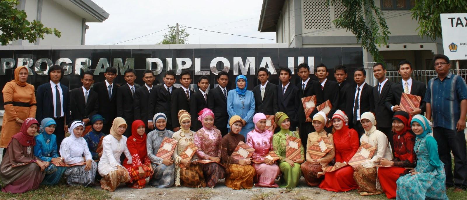 Lulusan Diploma III Perpajakan Melakukan Foto Bersama dengan Pengusrus Prodi D_III Perpajakan.