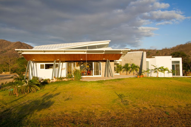 Casa Construida En Madera Permite La Luz Natural En Los Espacios De Vida