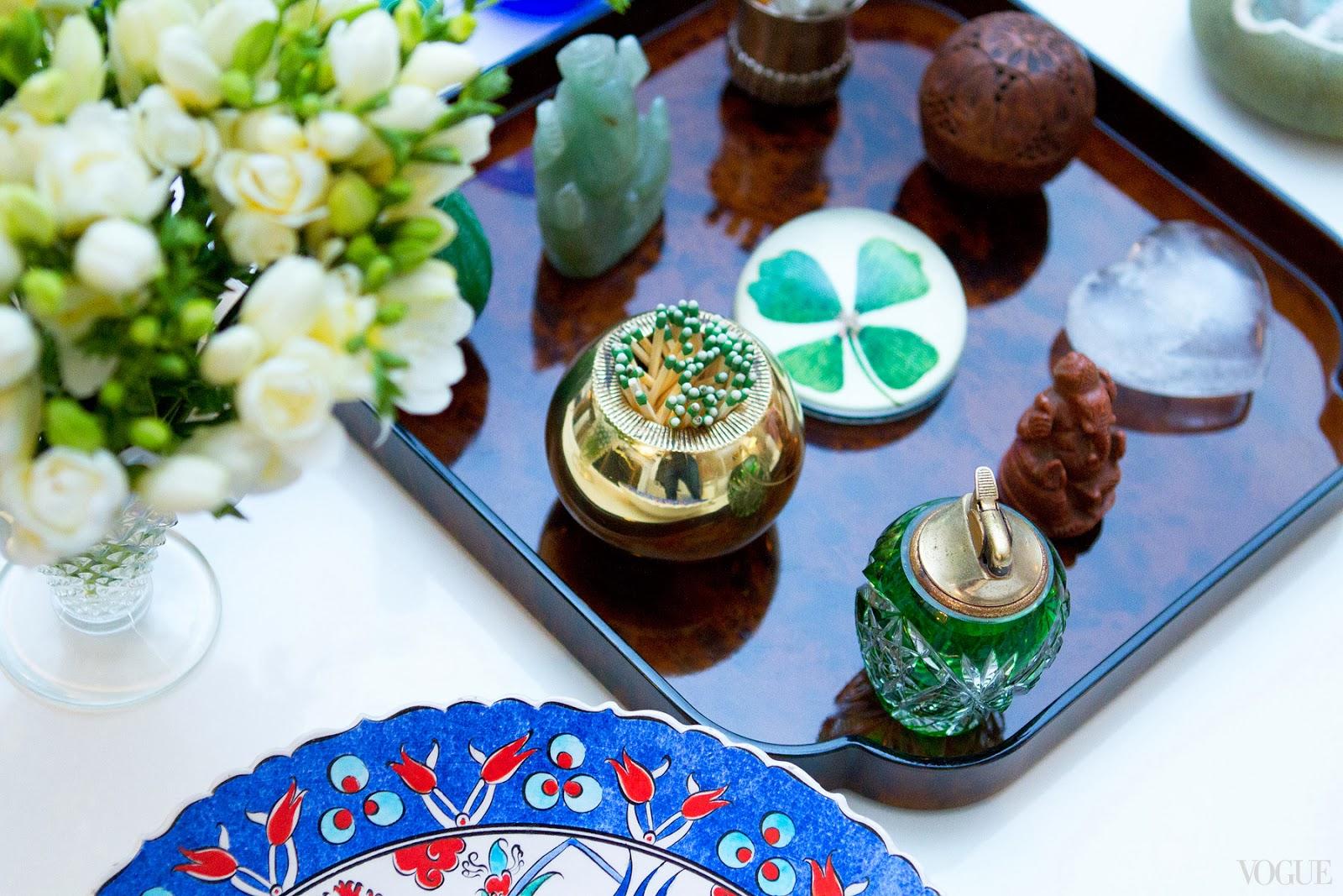 Um prato de ceramica Iznik e a bandeja de tartaruga reúne vários  #1858B3 1600x1067