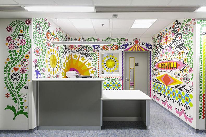 15 Artistas colaboran para hacer un Hospital infantil londinense en un hermoso lugar de curación