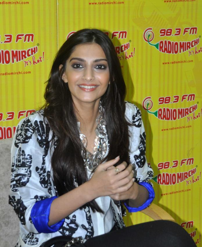 Download Song Lock Up By Karan: Sonam Kapoor Cute Pics