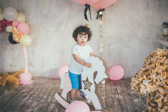 imagen_fiesta_cumpleaños_confeti_globos_casa_local_mesa_fotocall