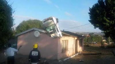 Απίστευτη προσγείωση αυτοκινήτου σε οροφή σπιτιού