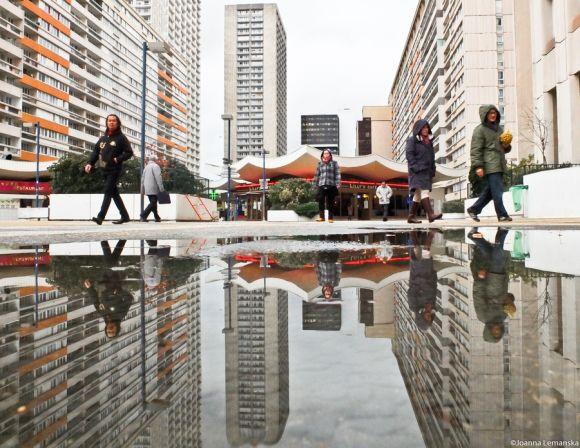 Joanna Lemanska fotografia Paris reflexos através poças de água Massena