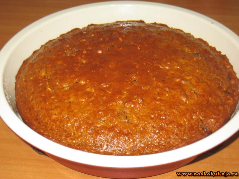 Сметанный пирог с финиками и орехами