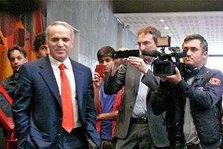 Le génial champion d'échecs Garry Kasparov sous les caméras de Chess & Strategy et BFM TV.