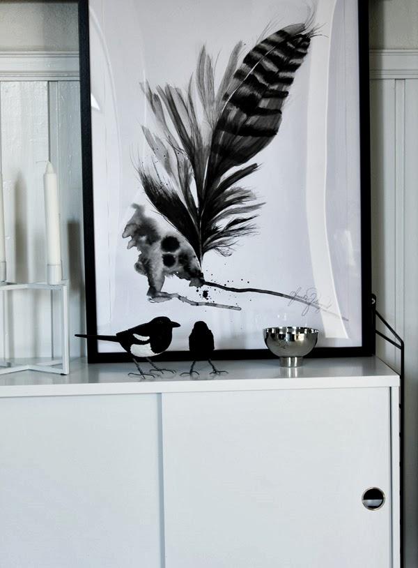 stor tavla med fjäder, illustration, handmålad tavla, feather, tavla med motiv fjäder, tuschmålning, konsttryck, annelie palmqvist, design canvas varberg, silverskål, mio, metall, skål, kubus look a like, ljusstake från netto, stringhylla, stringbyrå, skata, koltrast, vit nyrå, svart och vitt, tavlor säljes, tavla i hallen, ställa tavlor på en hylla, inreda med tavlor