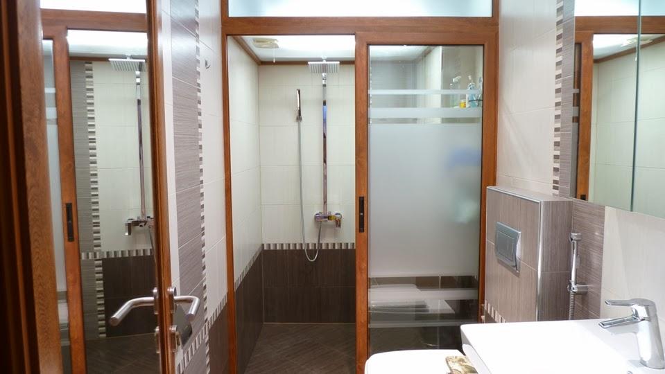 Баня с отделна душ кабина и вграден бойлер в тавана 2