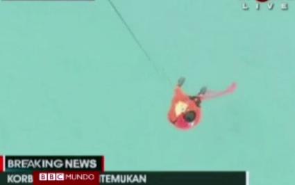 hallan cuerpos y restos del vuelo de AirAsia