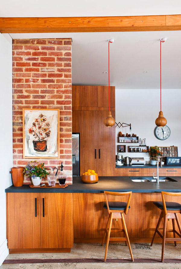 Cocinas abiertas estilo danés, madera, taburetes altos y flexos extensibles de madera