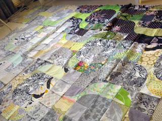 Tilkkutyöt: Op art -vaikutteinen tilkkutyö täyttää lattian.