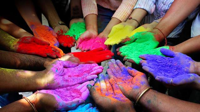 Polvos de diferentes colores en la celebración del Holi