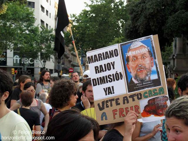 Unas 400 personas se concentraron el pasado viernes por la tarde en Plaza Catalunya para reclamar la dimisión de la cúpula del PP.