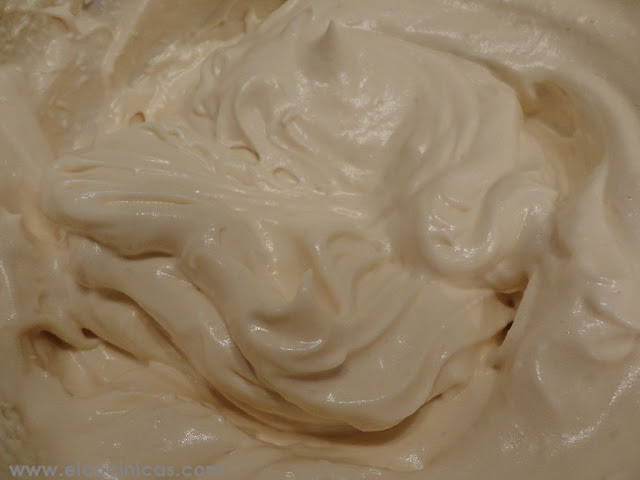 Tarta de crema de miel y daquoisse de almendras. Tarta nido de abejas