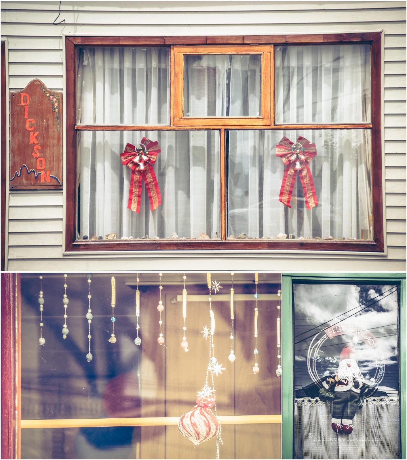 Weihnachtsdekoration in Fenstern
