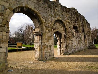 Ruinas del Priorato de St. Oswald en Gloucester