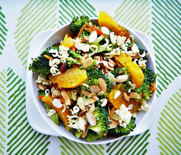 broccoli salad with oranges and crunchy noodles