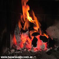 carbón y fuego para asar en la parrilla