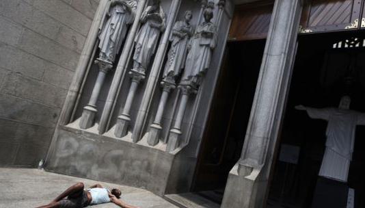 mitos tidur dekat pintu